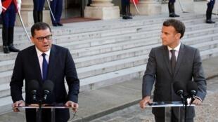 Le chef du gouvernement de transition libyen Abdel Hamid Dbeibah (G) a été reçu à l'Elysée par le président français Emmanuel Macron (D), le 1er juin 2021.