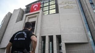 Devanture du palais de justice d'Istanbul où ont été jugés et aquittés les universitaires.