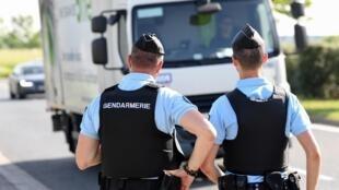 Policiais franceses patrulham estradas do sudeste da França. Imagem de arquivo.