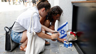 Israelenses prestam homenagem a vítimas de um atentado em Tel Aviv, em junho.