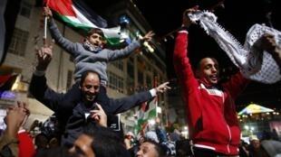Palestinos de Ramallah, capital da Autoridade Palestina na Cisjordânia, comemora resultado da votação na ONU.