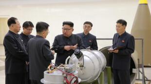 El líder norcoreano Kim Jong Un supervisando el programa de armas nucleares de su país.