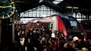 Trens lotados neste 12° dia de greve dos transportes públicos