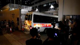 香港警队国安处7月29日深夜逮捕四名涉嫌违反港版国安法的学生,记者拍摄到这部进入车站抓人的警车。