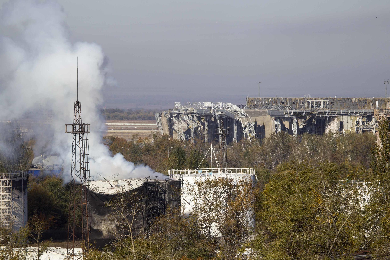 Дым недалеко от разрушенного главного терминала донецкого аэропорта, 4 октября 2014 г.