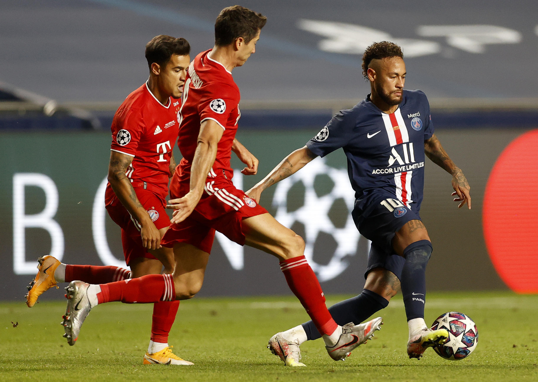 Le Bayern Munich de Robert Lewandowski poursuivi par le Parisien Marquinhos en finale de C1 à Lisbonne, le 23 août 2020, vont retrouver le PSG en quarts