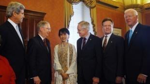 Встреча сенаторов в Конгрессе США с членом бирманского парламента Аун Сан Су Чжи