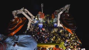 یک کشتی حامل پناهنجویان که شنبه شب ۵ نوامبر ٢٠۱۶ در آبهای مدیترانه نجات داده شد.