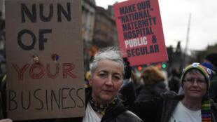 Активистки в Дублине протестуют против перехода нового перинатального центра под контроль церкви