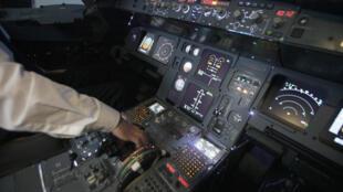 Cockpit de um simulador de voo do Airbus A320.
