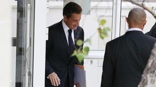 Sarkozy deixa clínica onde Carla está internada com a filha do casal, no final da tarde desta quinta-feira.