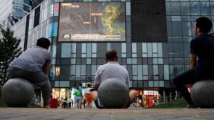 Người dân xem chương trình tin tức về Biển Đông bên ngoài một trung tâm mua sắm ở Bắc Kinh, Trung Quốc, này 16/07/2016.