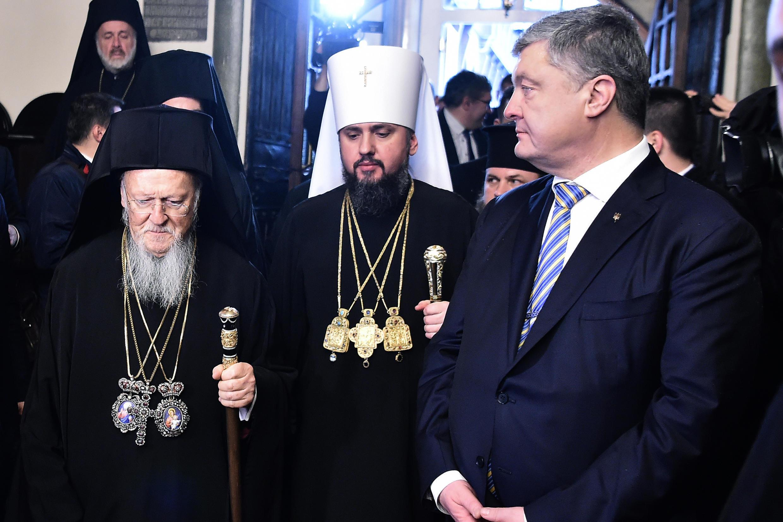Le président ukrainien Poroshenko (d), le patriarche Bartholomée Ier (g) et Mgr Epiphane, à la tête de l'Eglise orthodoxe d'Ukraine (c), lors de la cérémonie de signature du décret d'autocéphalie «Tomos» à l'église Saint-Georges d'Istanbul, le 5 janvier.