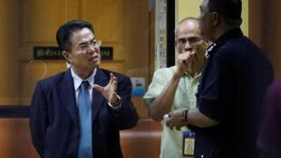 Un officiel nord-coréen discute avec les autorités de Malaisie devant la morgue de Kuala Lumpur le 15 février 2017. C'est là que se trouve le corps de Kim Jong-nam.