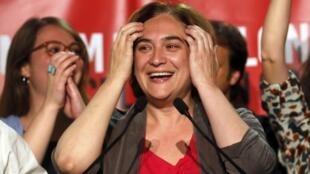Ada Colau celebra vitória do partido Podemos em Barcelona, em 25 de maio de 2015.