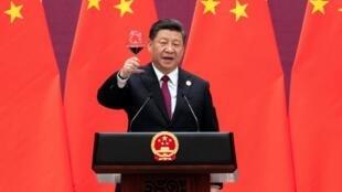 Xi Jinping faz um brinde aos participantes do encontro, em Pequim.