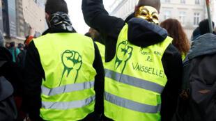 Algunos chalecos amarillos participaron en la manifestación convocada por el sindicato CGT este 5 de febrero en París.
