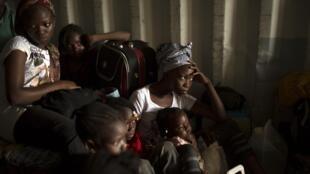 A Bangui, des femmes et des enfants se cachent dans un container, en attendant d'être évacués vers la frontière camerounaise.