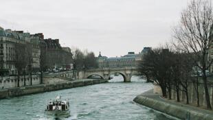 The river Seine, taken from Pont Saint-Michel in Paris