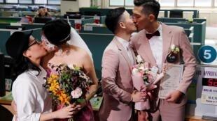 Os casais Shane Lin (direita) e Marc Yuan, e Cynical Chick (esquerda) e Li Ying-Chien, registraram casamento no Distrito Shinyi em Taipei, Taiwan, 24 de maio de 2019.