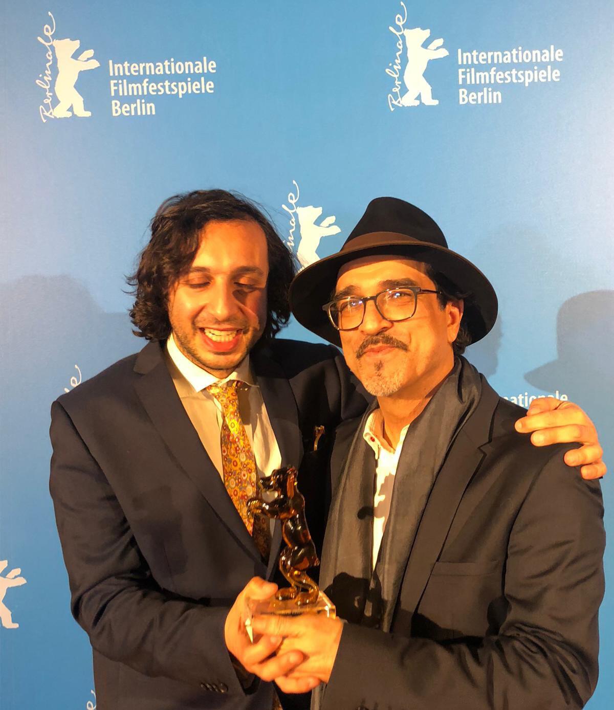 """عتیق رحیمی، نویسنده و فیلمساز افغان مقیم فرانسه (سمت راست)، برنده جایزه خرس بلورین بهترین فیلم بخش """"نسلها"""" در هفتادمین جشنواره بینالمللی فیلم برلین """"برلیناله""""."""