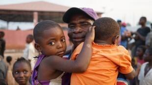 O reencontro de um pai com os seus dois filhos em Cacanda
