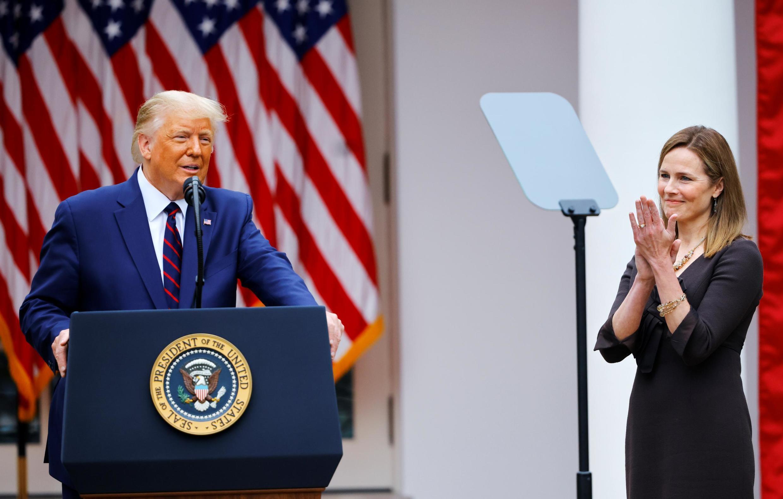 Donald Trump e a juíza Amy Coney Barrett, durante a cerimônia de nomeação na Casa Branca.