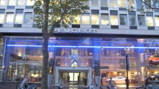L'entrée du siège parisien du groupe PSA, qui possède les marques Peugeot et Citroën.