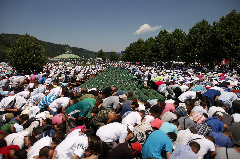 Muçulmanos lembram o massacre em Srebrenica, na Bósnia.