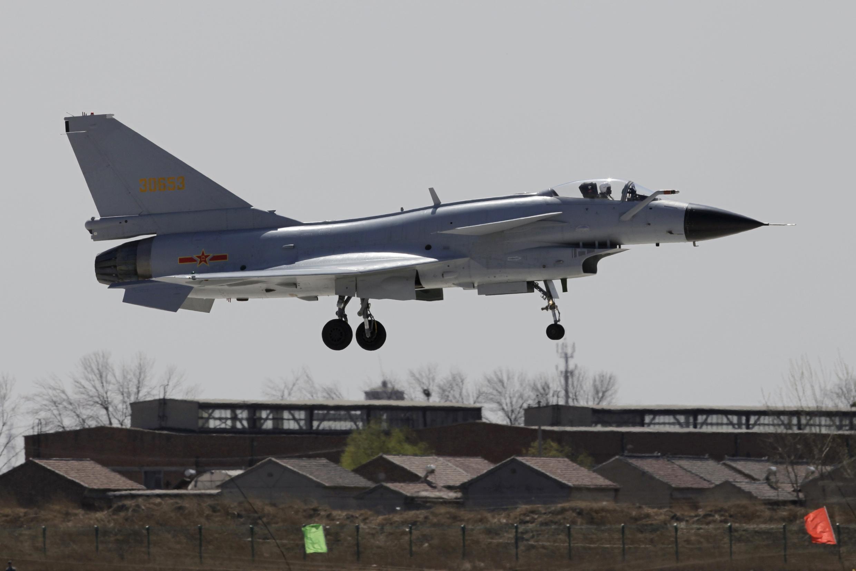 Một máy bay chiến đấu J-10 của Trung Quốc đang bay về căn cứ.