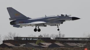 Một máy bay chiến đấu J-10 của Trung Quốc đang bay về căn cứ. (Ảnh chụp năm 2010)