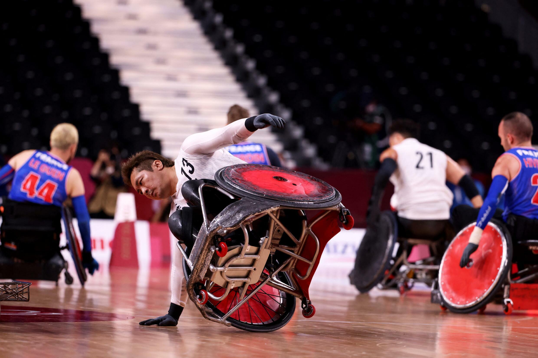 Shinichi Shimakawa du Japon tombe lors du match de rugby en fauteuil roulant Pool Face Group A entre la France et le Japon lors des Jeux paralympiques de Tokyo 2020 le 25 août 2021 au stade national Yogi à Tokyo.
