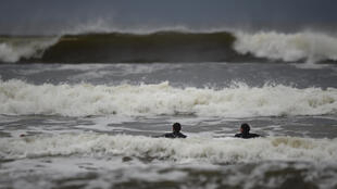 A la veille de l'arrivée d'Ophelia en Irlande, les surfers profitaient encore des belles vagues engendrées par l'approche de la tempête, le 15 octobre 2017.