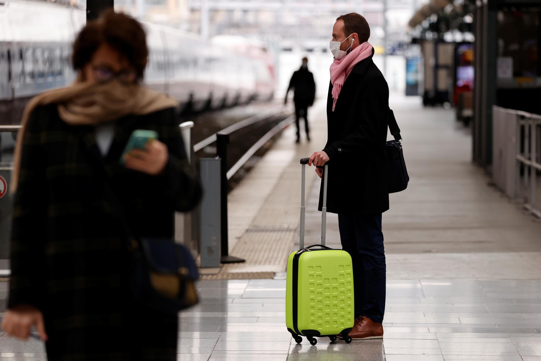 Parisienses aguardam trem na Gare du Nord para viajarem ao interior da França.