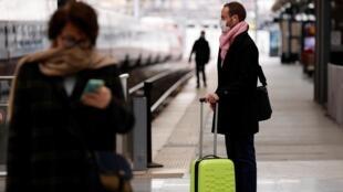 2020年3月17日,法国执行更严限制出行措施第一天。巴黎北站。