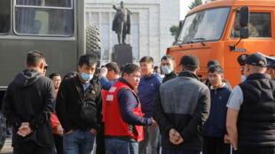 В Бишкеке 1 мая прошел митинг добровольцев, намеренных отправиться в Баткенскую область для защиты границы.