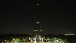 Эйфелева башня погаснет в память о жертвах теракта в Багдаде