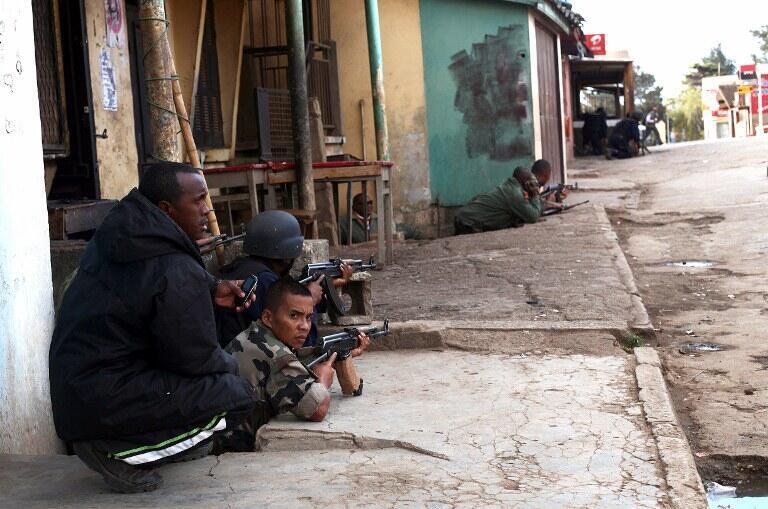 Des soldats loyalistes en faction près du camp des mutins, non loin de l'aéroport d'Antananarivo, le 22 juillet 2012.