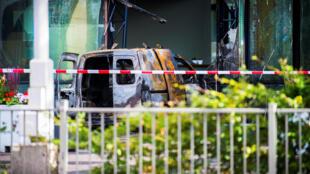 Обгоревший фургон у здания редакции. Амстердам. 26.06.2018