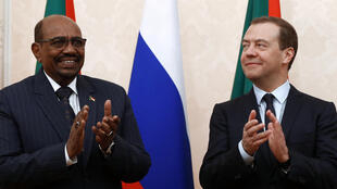 Le Premier ministre russe, Dmitri Medvedev, et le président soudanais, Omar el-Béchir, à Sotchi, le 24 novembre 2017.