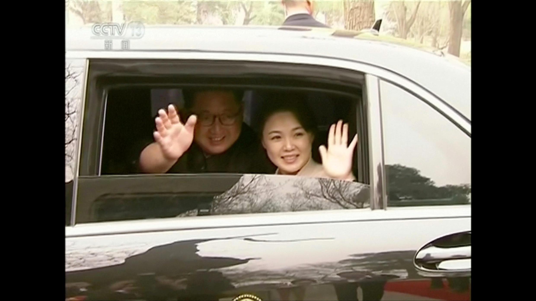Lãnh đạo Bắc Triều Tiên Kim Jong Un và phu nhân Ri Sol Ju lúc viếng Bắc Kinh. Ảnh 28/03/2018.