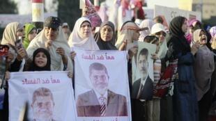 Mulheres da Irmandade Muçulmana e partidários do presidente egípcio deposto Mohamed Mursi pedem a sua volta neste domingo, 11 de agosto de 2013, nos arredores da Universidade do Cairo.