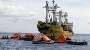 Serviço de resgate trabalha na busca de vítimas da colisão de duas embarcações nas Filipinas, neste sábado, dia 17 de agosto.