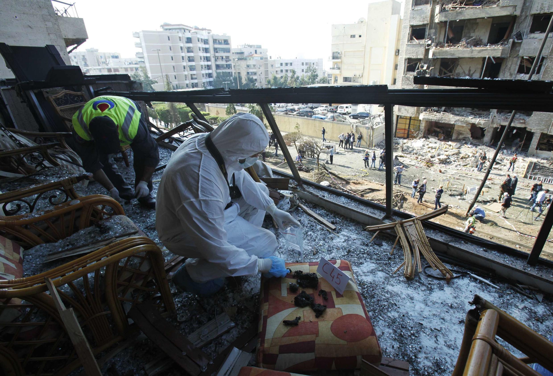 Un inspecteur recueille des preuves sur les lieux de l'un des deux attentats suicides intervenus près de l'ambassade iranienne à Beyrouth, le 19 novembre 2013