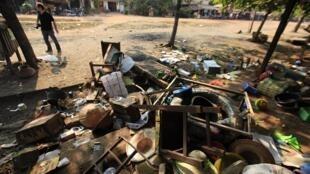 Đồ đạc bị phá hủy tại một ngôi chợ ở Sitkwin, Miến Điện ngày 29/03/2013.
