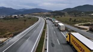 На севере Греции нашли 41 человека в фуре-рефрижераторе