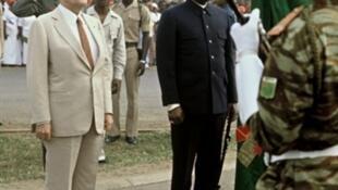 Le président français, François Mitterrand, est accueilli par le président béninois Mathieu Kerekou à Cotonou, au Bénin, le 16 janvier 1983.