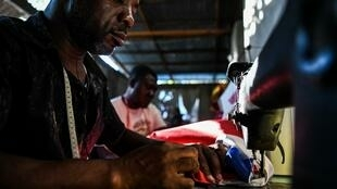 Des tailleurs haïtiens préparant des costumes pour le carnaval national à Port-au-Prince, le 10 février 2020.