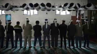 Wasu Musulmi yayin gabatarda Sallah a daya daga cikin Masallatan dake yankin Xinjiang a kasar China.