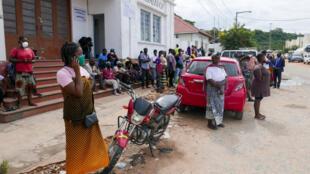 Dezenas de pessoas aguardam pela chegada de navios oriundos do distrito de Palma, com a população que foge aos ataques de grupos rebeldes desde quarta-feira, em Pemba. 29 de Março de 2021.